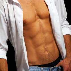 Mann mit Sixpack - Obere Bauchmuskeln trainieren - so klappt's mit dem Sixpack