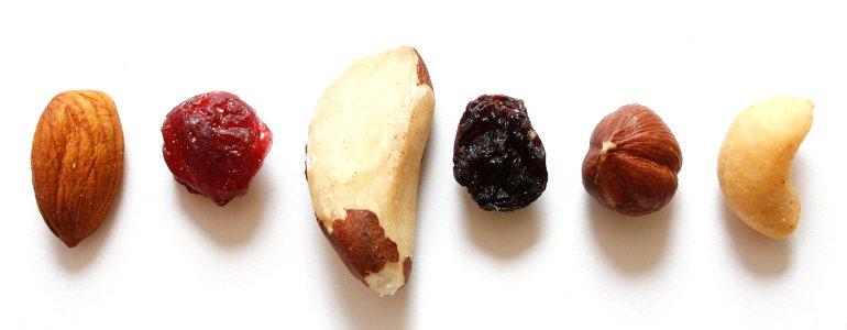 Selbstgemachte Proteinriegel einfach und lecker mit Nuessen und Eiweißpulver