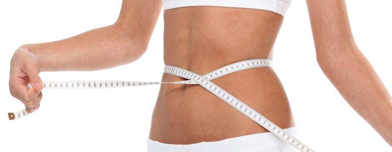 Schlanke Taille mit Maßband nach Bauch-weg-Diät