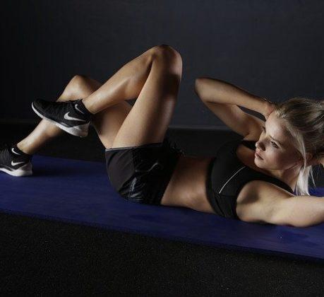 bauchtraining muskeln frau sport