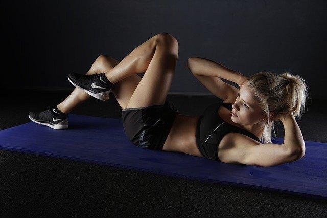 bauchtraining muskeln frau sport - Bauchtraining mit Vibrationsplatten – Was ist zu beachten